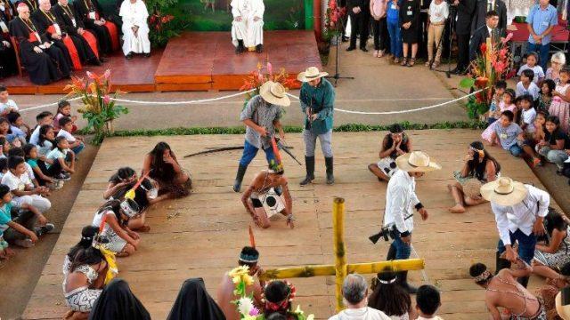 Le pape François parmi les peuples autochtones de Puerto Maldonado, au Pérou, le 19 janvier 2018. Photo Vatican News