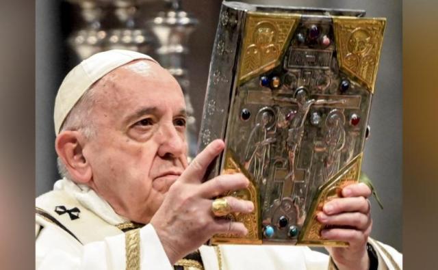 Le pape François avec la Bible